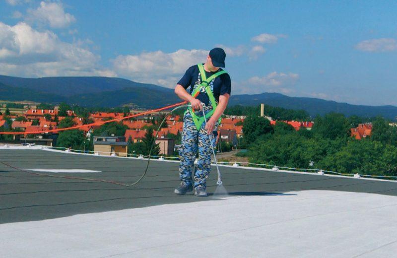 Aplicación de techo blanco impermeabilizante